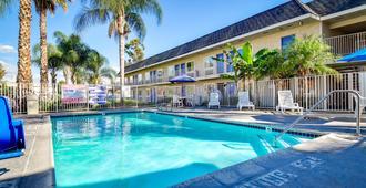 Motel 6 Riverside South - Riverside - Bể bơi