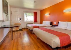 Motel 6 Riverside South - Riverside - Phòng ngủ