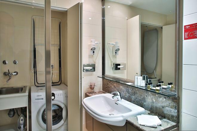 Adina Apartment Hotel Budapest - Budapest - Bathroom
