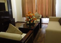 The Legend Hotel - Prayagraj - Living room