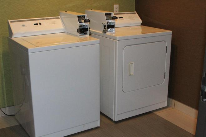 Best Western PLUS Arlington North Hotel & Suites - Grand Prairie - Laundry facility