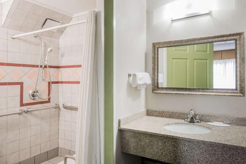 Super 8 by Wyndham Bangor - Bangor - Bathroom