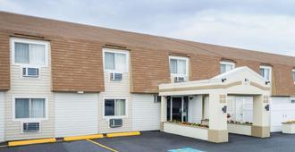 Super 8 by Wyndham Bangor - Bangor - Edificio