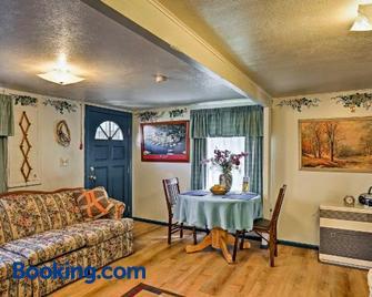 'Sawadee Guest House' ~16 Mi to Mt Shasta Ski Park - Dunsmuir - Wohnzimmer