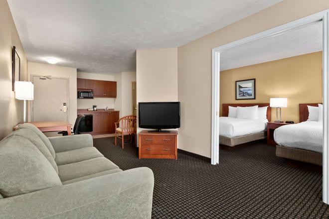 Days Inn & Suites Moncton - Moncton - Living room