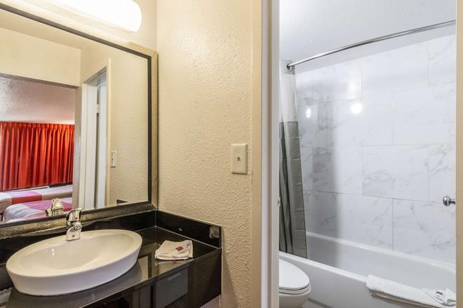 Motel 6 Little Rock West - Little Rock - Bathroom