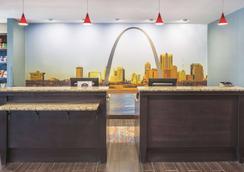 La Quinta Inn & Suites by Wyndham O'Fallon, IL - St. Louis - O'Fallon - Lobby