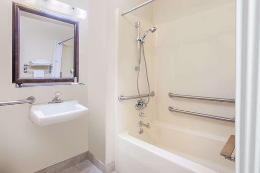 Super 8 by Wyndham Butte MT - Butte - Bathroom