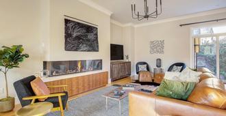 Luxe Family Getaway - Pool Table - Denver - Phòng khách