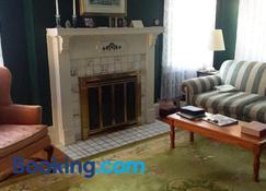 English Cottage - Greensboro - Living room