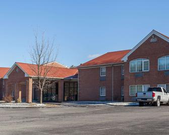 Days Inn & Suites by Wyndham Lancaster Amish Country - Lancaster - Building