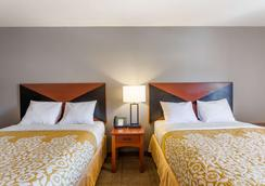 Days Inn & Suites by Wyndham Lancaster Amish Country - Lancaster - Makuuhuone