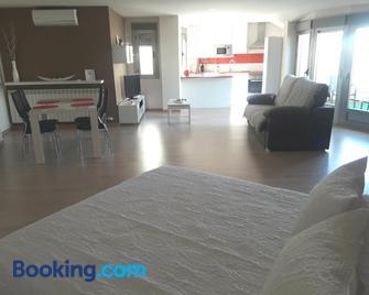 Apartamento Ático - Вальдепеньяс - Living room