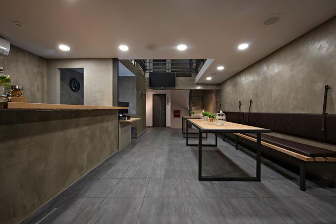 Bedbox Hostel - Athens - Front desk