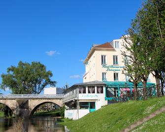 Hotel Restaurant L'Esturgeon - Poissy - Building
