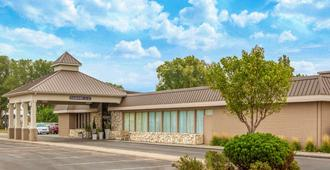 Ramada by Wyndham Midtown Grand Island - Grand Island