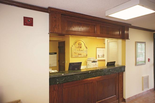 La Quinta Inn Omaha Southwest - Omaha - Front desk