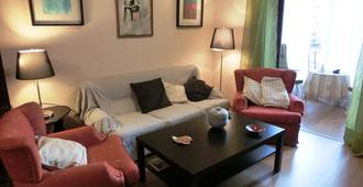 Spacious, newly renovated, with metro, train and bus right ENFR - Barcelona - Living room