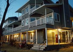 Snug Harbor Inn - Sturgeon Bay - Building