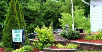 Cedar Lane Motel - Bracebridge - Outdoor view