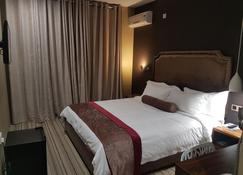 La-Signature Guest House - Francistown - Camera da letto