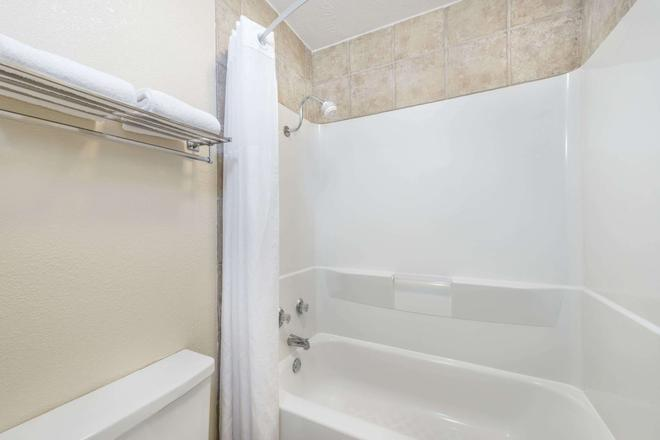 Days Inn by Wyndham Bryan College Station - College Station - Bathroom