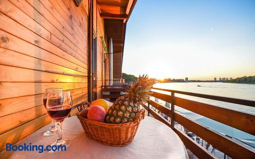 San Art Floating Hostel&apartments - Belgrade - Ban công
