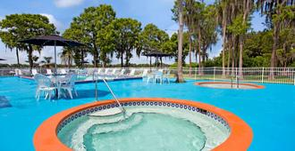 Howard Johnson by Wyndham Lake Front Park Kissimmee - Kissimmee - Piscina