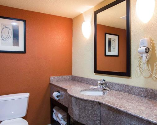 Comfort Inn and Suites Convention Center - North Charleston - Phòng tắm