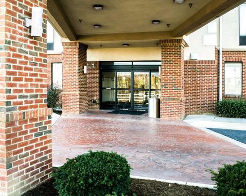 Sleep Inn and Suites Virginia Horse Center - Lexington - Building