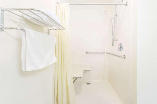 Super 8 by Wyndham Escanaba - Escanaba - Bathroom