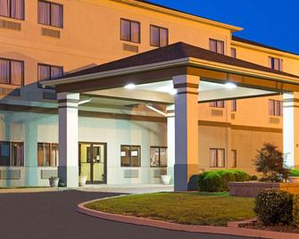 Days Inn by Wyndham Collinsville - Collinsville - Gebäude