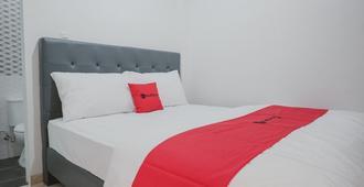 RedDoorz near Taman Palem - Jakarta - Bedroom
