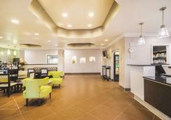 La Quinta Inn & Suites by Wyndham Louisville - Λούισβιλ - Σαλόνι ξενοδοχείου