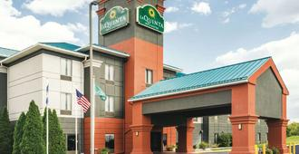 La Quinta Inn & Suites by Wyndham Louisville - Louisville - Building