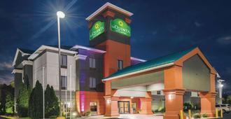 La Quinta Inn & Suites by Wyndham Louisville - Louisville - Bygning