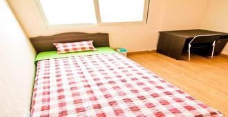 Kimchee Hongdae Guesthouse - Hostel - Сеул - Спальня