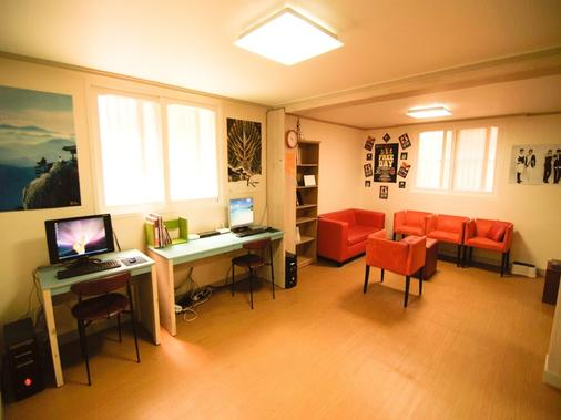 Kimchee Hongdae Guesthouse - Hostel - Seoul - Business centre