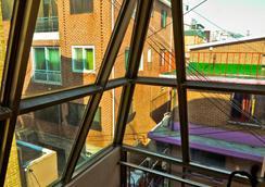 Kimchee Hongdae Guesthouse - Hostel - Seoul - Balcony