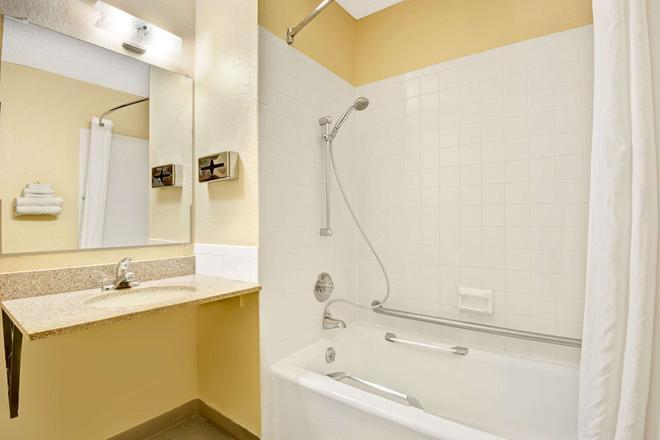 坎薩斯城獨立速 8 酒店 - 獨立城 - 獨立市 - 浴室