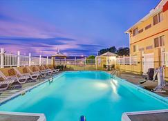 Super 8 by Wyndham Independence Kansas City - Independence - Pool