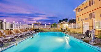 Super 8 by Wyndham Independence Kansas City - Independence - Pool