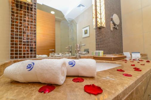 Golden Tulip Dammam Corniche Hotel - Dammam - Bathroom