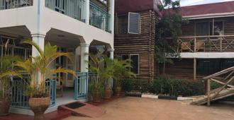 African Roots Guesthouse - Entebbe