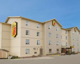 Super 8 by Wyndham Yellowknife - Yellowknife - Building