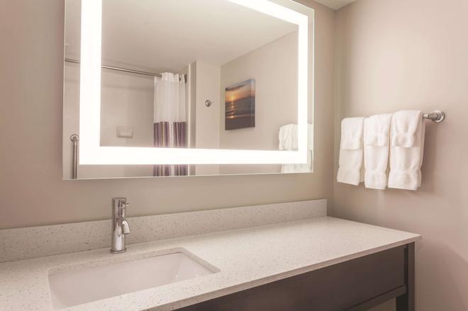 La Quinta Inn & Suites by Wyndham Columbus North - Columbus - Bathroom