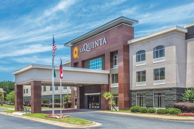 La Quinta Inn & Suites by Wyndham Columbus North - Columbus - Building
