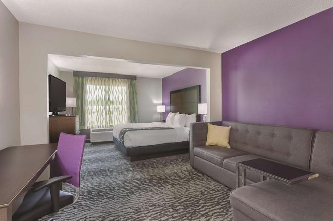La Quinta Inn & Suites by Wyndham Columbus North - Columbus - Bedroom