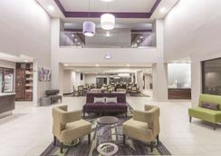 La Quinta Inn & Suites by Wyndham Columbus North - Columbus - Lobby
