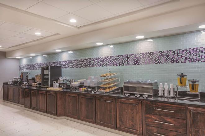 La Quinta Inn & Suites by Wyndham Columbus North - Columbus - Buffet